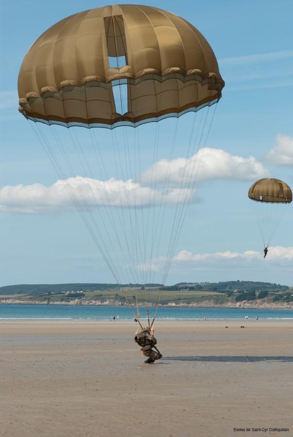250 élèves du 1er bataillon de l'école spéciale militaire de Saint-Cyr-Coëtquidan et de la 1ère brigade de l'école militaire interarmes ont sauté en parachute  11-coe15