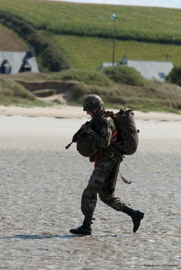 250 élèves du 1er bataillon de l'école spéciale militaire de Saint-Cyr-Coëtquidan et de la 1ère brigade de l'école militaire interarmes ont sauté en parachute  11-coe22