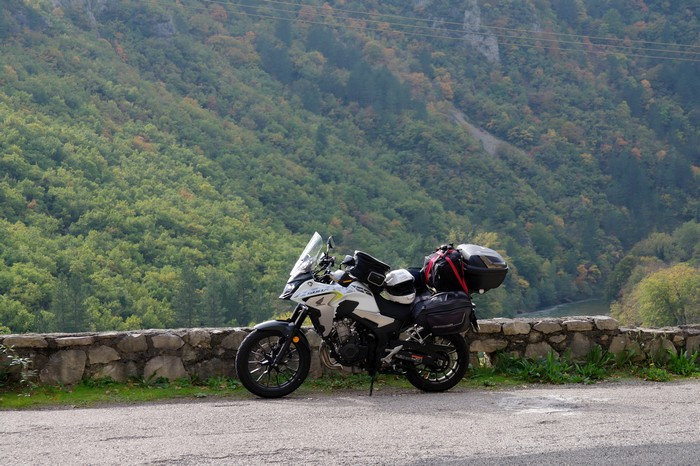Nostalgie balkanique et bicylindre asiatique Sam_7713