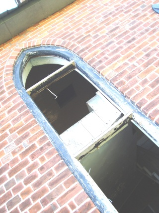 Apparition dans une Église abandonée... Oct. 2011 Bizare15