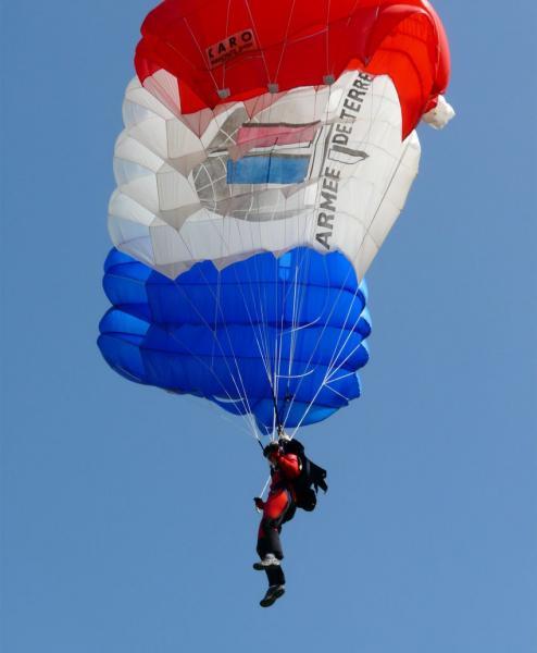 Le parachutisme, c'est du sport et du spectacle. Le public adore 2012_040