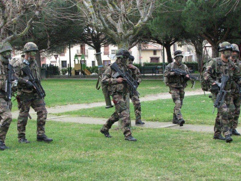 une quarantaine de jeunes recrues du 1er RCP en fin de formation seront présentés au Drapeau de leur régiment. 2012_051