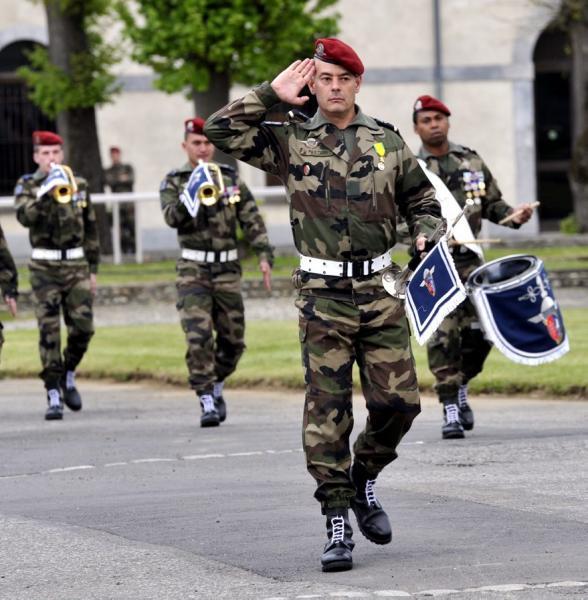 1er RHP: L'adjudant Pastori mène la fanfare au combat - Pour continuer à avancer ensemble, au son du canon… 2012_054