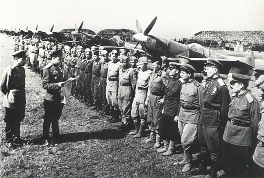 Spitfire LF-IXe with Soviet Pilot & Ground Crew 1/48 ( ICM 48803 ) 10052010