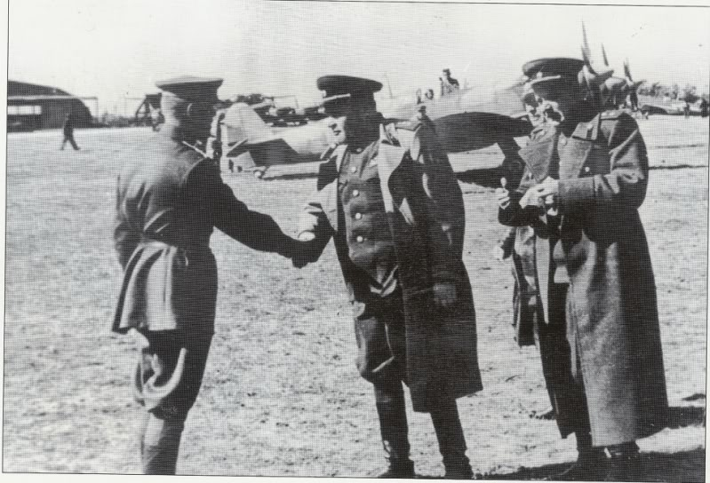 Spitfire LF-IXe with Soviet Pilot & Ground Crew 1/48 ( ICM 48803 ) 10072110