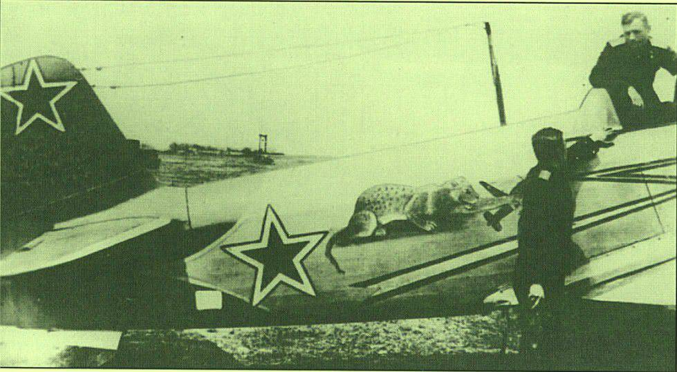 Yakovlev Yak-1 b  (Eduard L.E. réf 1126 au 1/48) de V.P. Pokrovskiy  14541613
