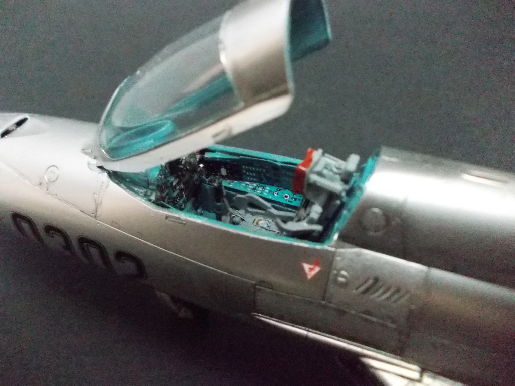 """MiG-21PF (Eduard  réf 1187 """"Silver Harrows """" 1/48)  Dscn1310"""