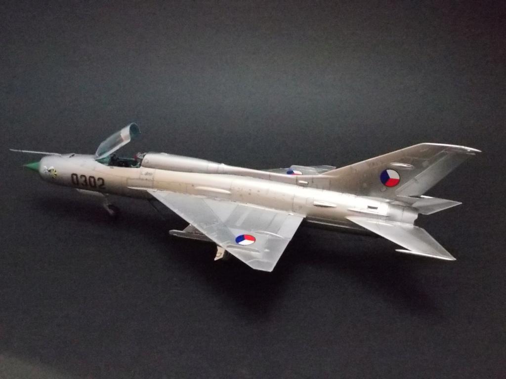 """MiG-21PF (Eduard  réf 1187 """"Silver Harrows """" 1/48)  Dscn1315"""