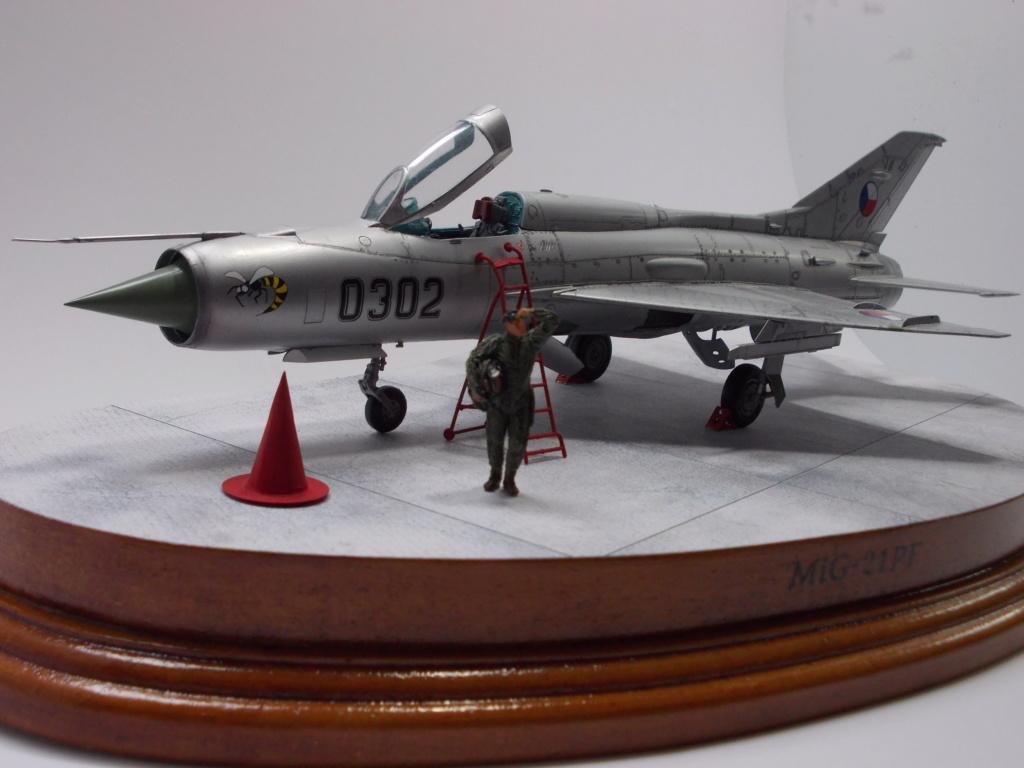 """MiG-21PF (Eduard  réf 1187 """"Silver Harrows """" 1/48)  Dscn1414"""