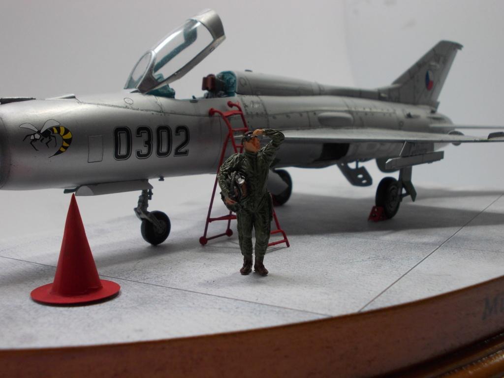 """MiG-21PF (Eduard  réf 1187 """"Silver Harrows """" 1/48)  Dscn1416"""