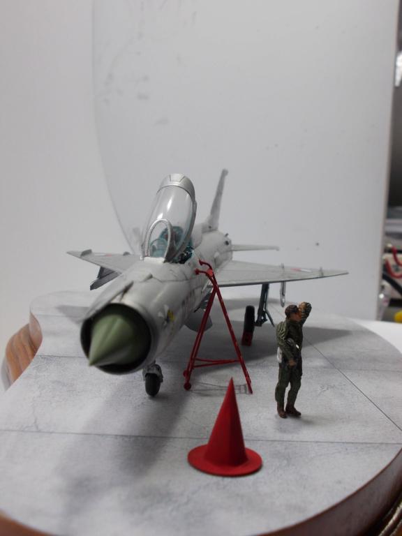 """MiG-21PF (Eduard  réf 1187 """"Silver Harrows """" 1/48)  Dscn1418"""