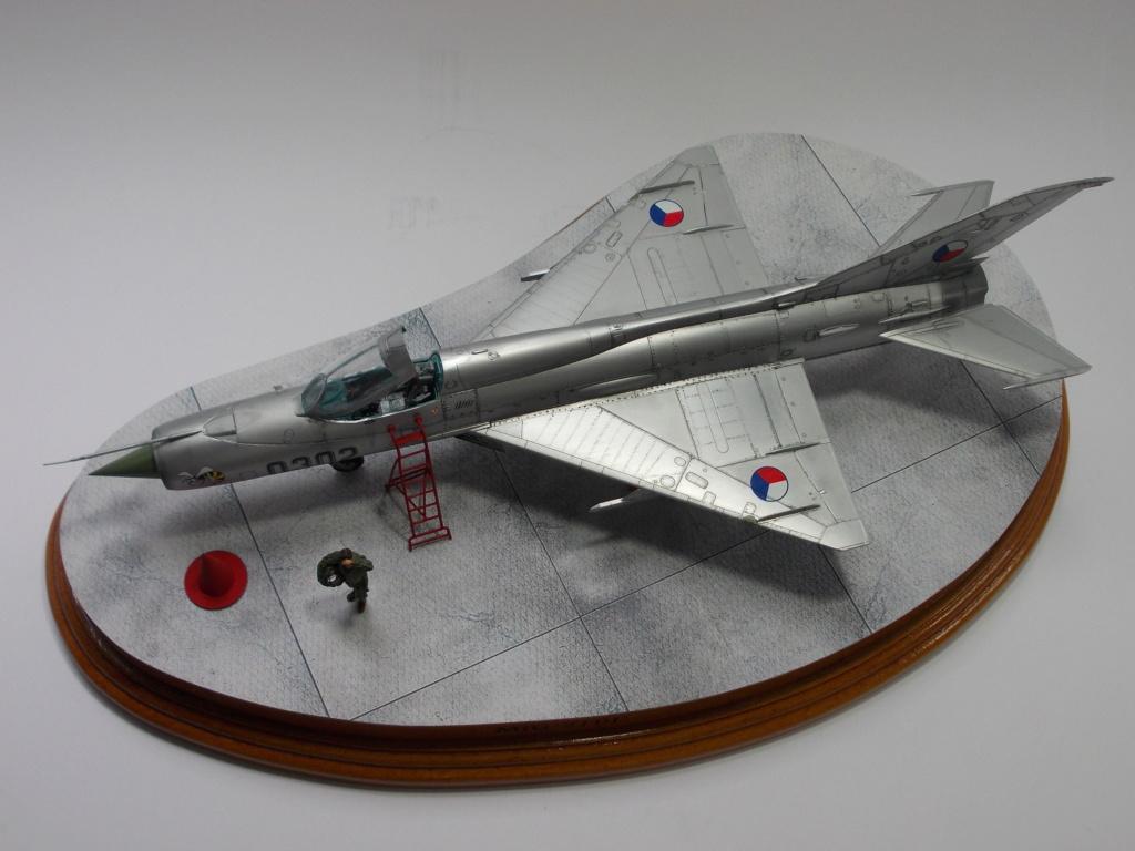 """MiG-21PF (Eduard  réf 1187 """"Silver Harrows """" 1/48)  Dscn1419"""