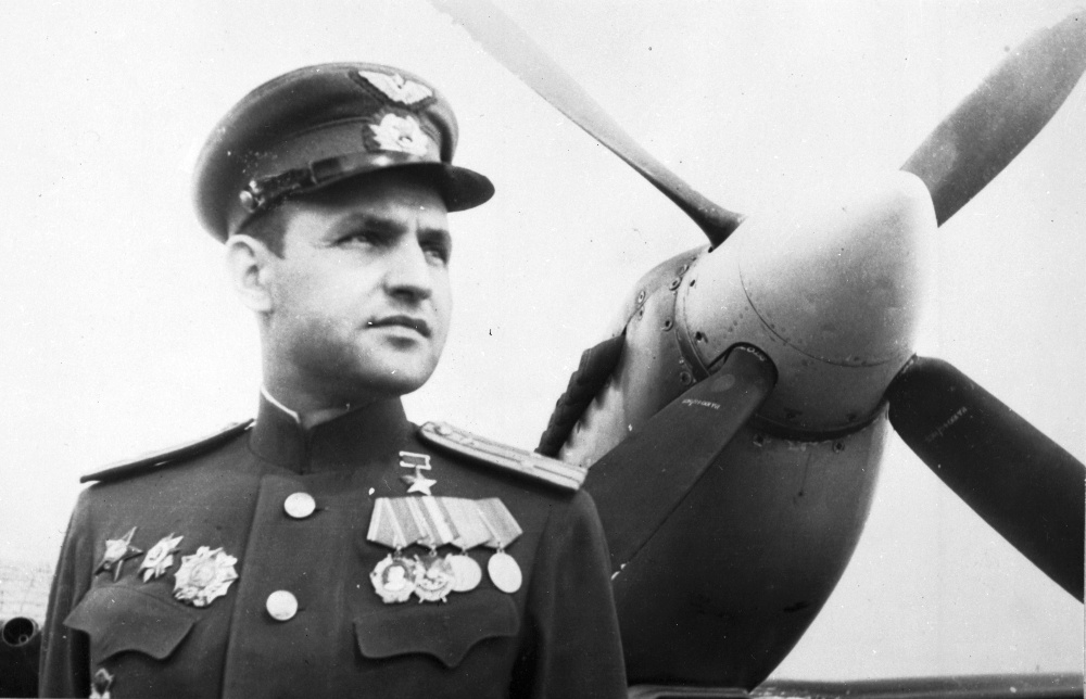 Spitfire LF-IXe with Soviet Pilot & Ground Crew 1/48 ( ICM 48803 ) Hzoros10