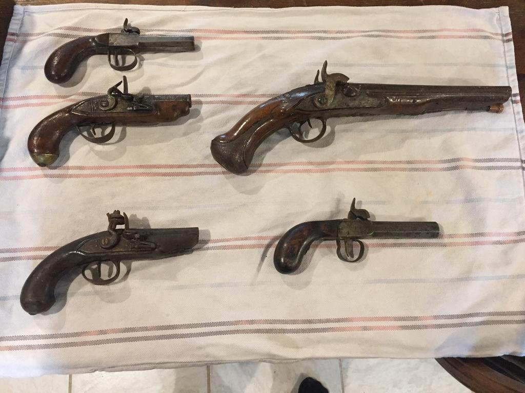 5 pistolets anciens !  Img_4025