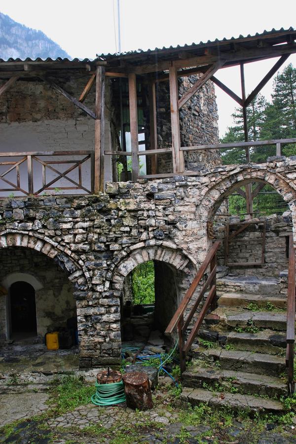 Village médiéval fortifié - Page 7 De-ruz10