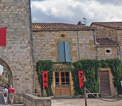 Village médiéval fortifié - Page 7 Monpaz10
