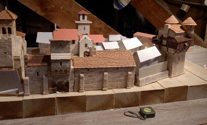 Village médiéval fortifié (1) - Page 16 P5030036