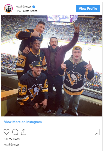 Jason Mamoa hanging out with Steelers players at a Pens game! Captur10