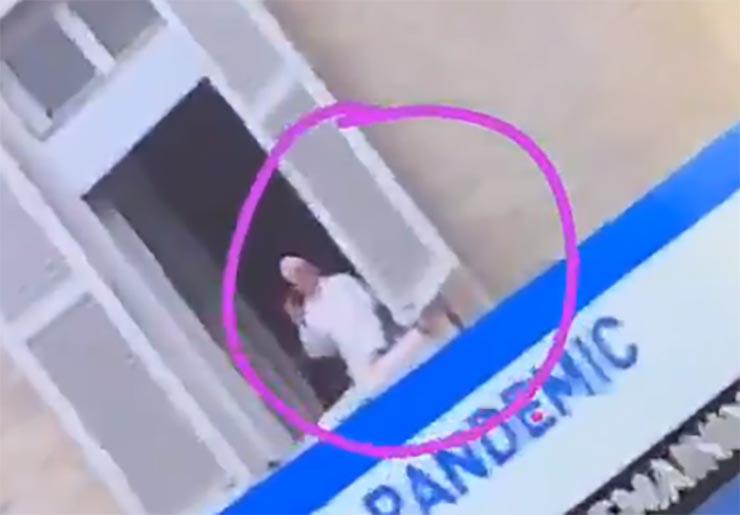 QUÉ PAPA SALE DE MODO EXTRAÑO EN EL BALCÓN... Papa-f12
