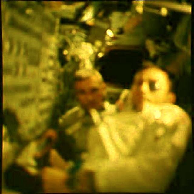 ¿ESTA IMAGEN PLAUSIBLE DEL APOLO 10 OS PARECE UN ALIEN GRIS? Ufo_si10