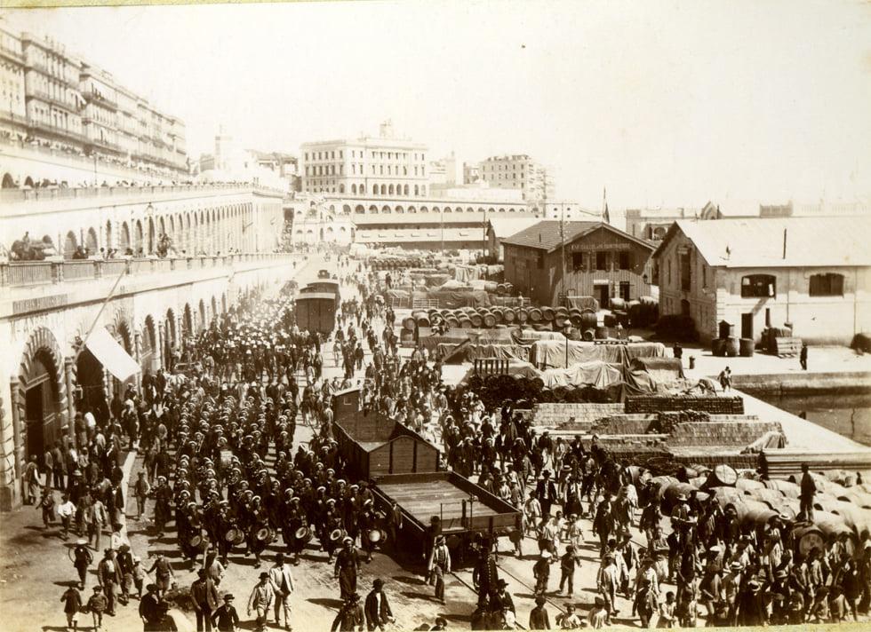 Des Troupes sur le quai d'Alger...date Alger_10
