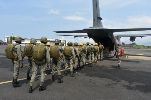 Nouveaux brevetés parachutistes en Afrique Centrale… Saut_211
