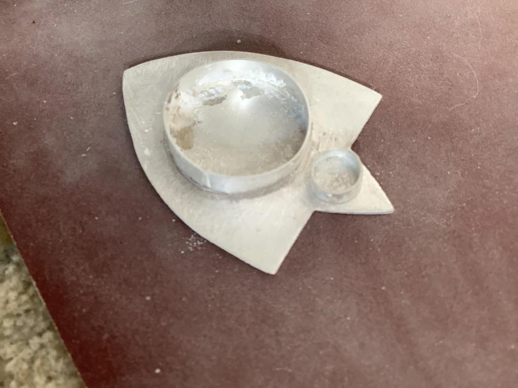 Souder petit serti sur plaque de métal  0d1c0b10