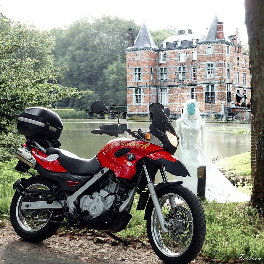 Photos de vous et de votre moto devant ....un château  - Page 16 P1070610