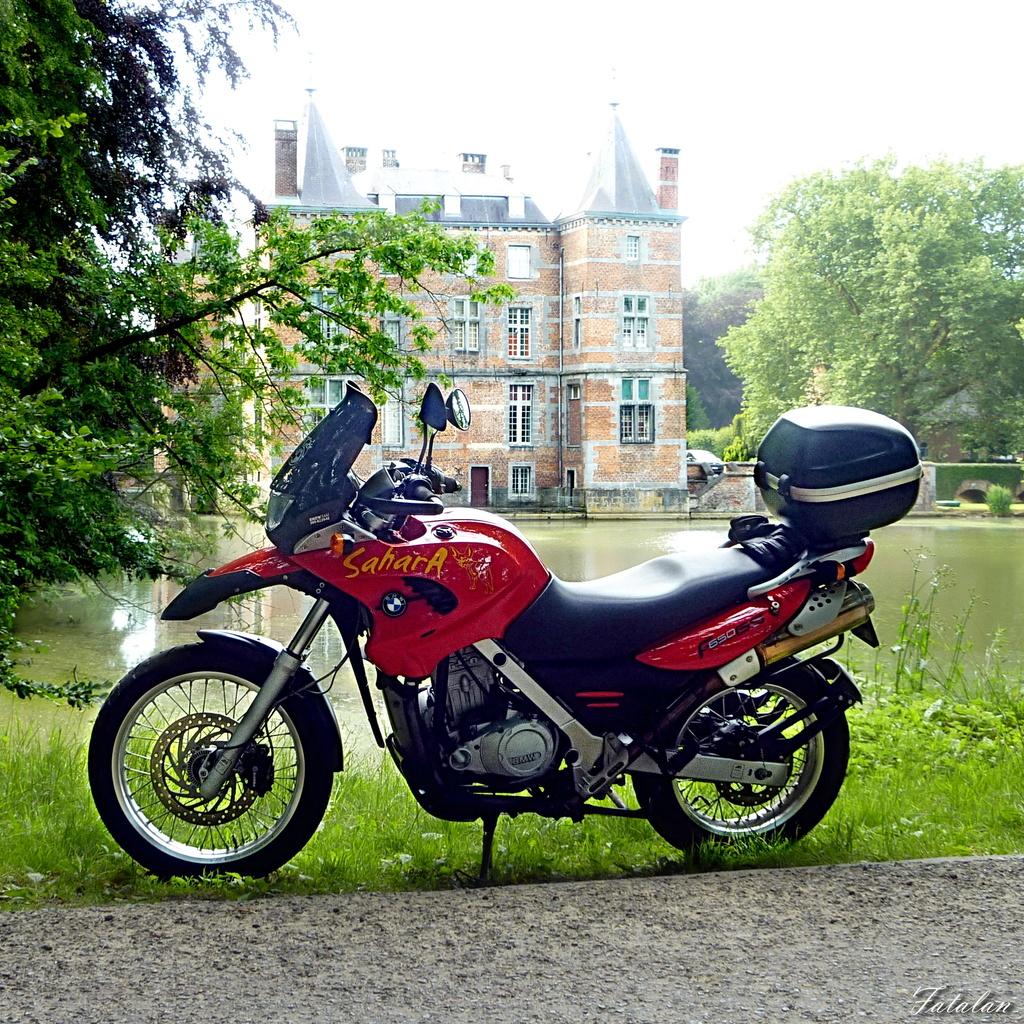 Photos de vous et de votre moto devant ....un château  - Page 16 P1070611