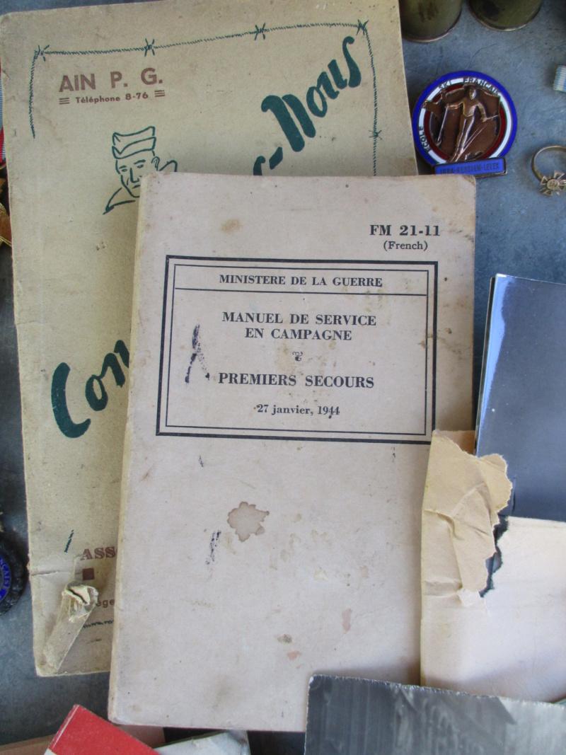 Belle matinée : du Vichy à plus qu'en faire + médailles, insignes, bricoles ... Img_2827