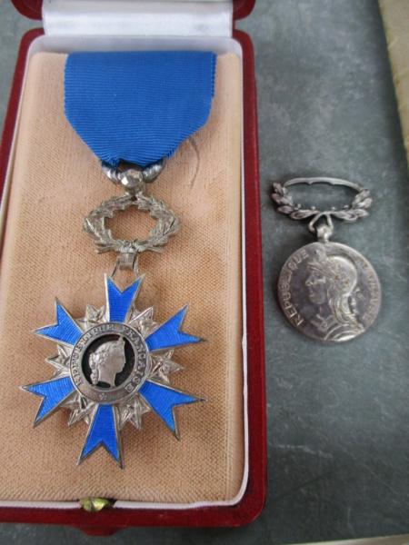 D'hier et d'aujourd'hui : insignes, médailles, papiers ... Img_8011