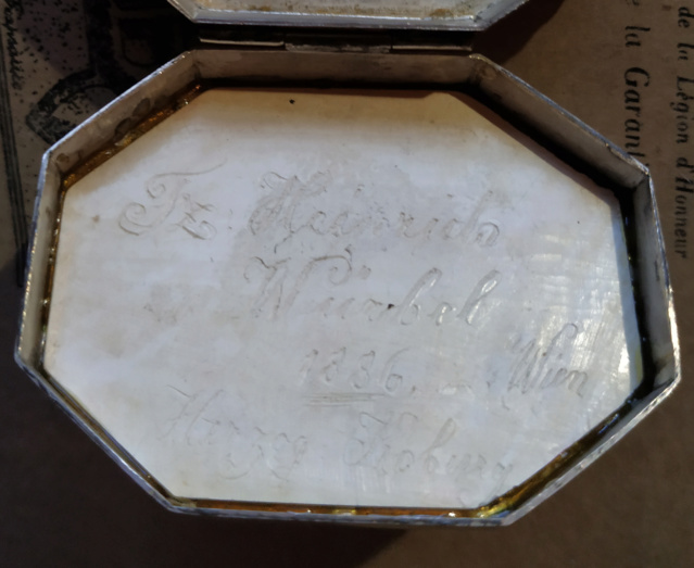 Pilulier ou tabatière ? (boîte 4 x 2,5 cm, écume de mer et argent) - Page 5 Boite_20