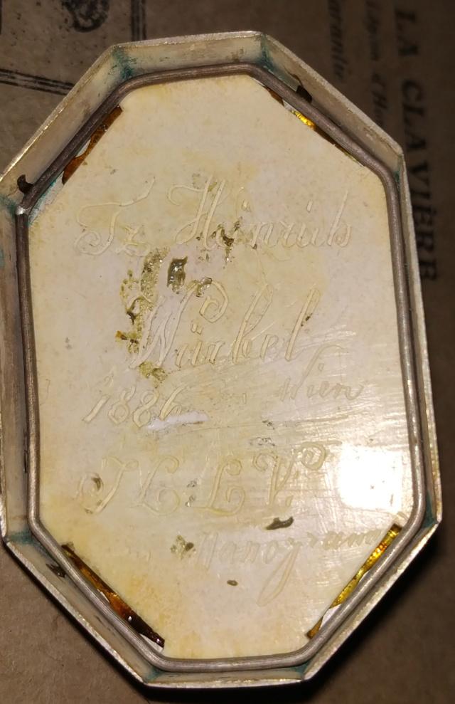 Pilulier ou tabatière ? (boîte 4 x 2,5 cm, écume de mer et argent) - Page 5 Boite_21