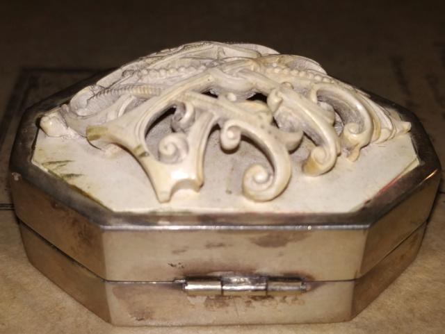 Pilulier ou tabatière ? (boîte 4 x 2,5 cm, écume de mer et argent) - Page 5 Boite_22