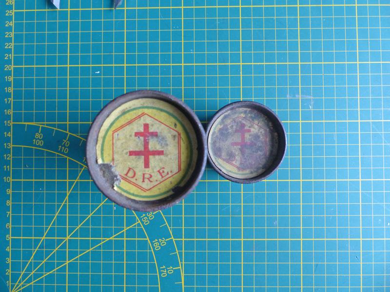 Boite fer étamé avec croix de Lorraine P1010717