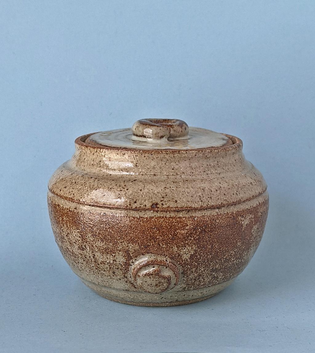 Lidded Pottery Jar, scallop shell mark Pxl_2051