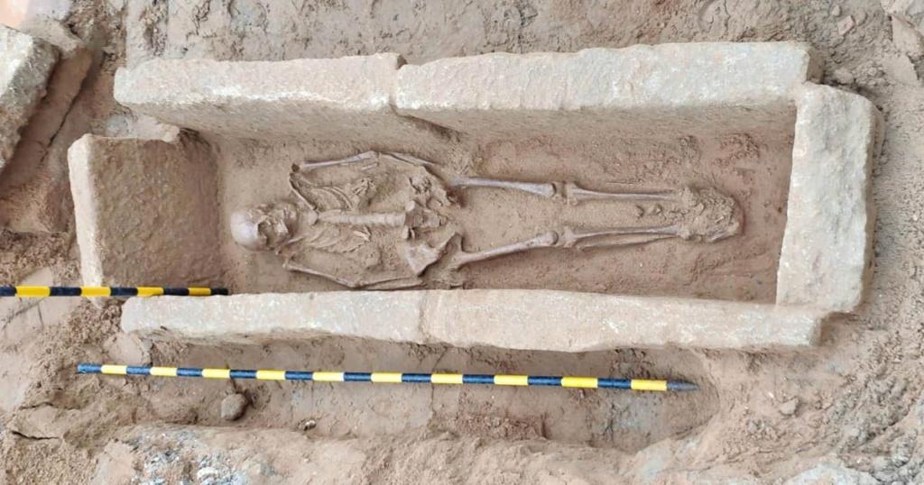 Encuentran a un «romano» enterrado en las obras del garaje América de Cádiz Cuerpo10