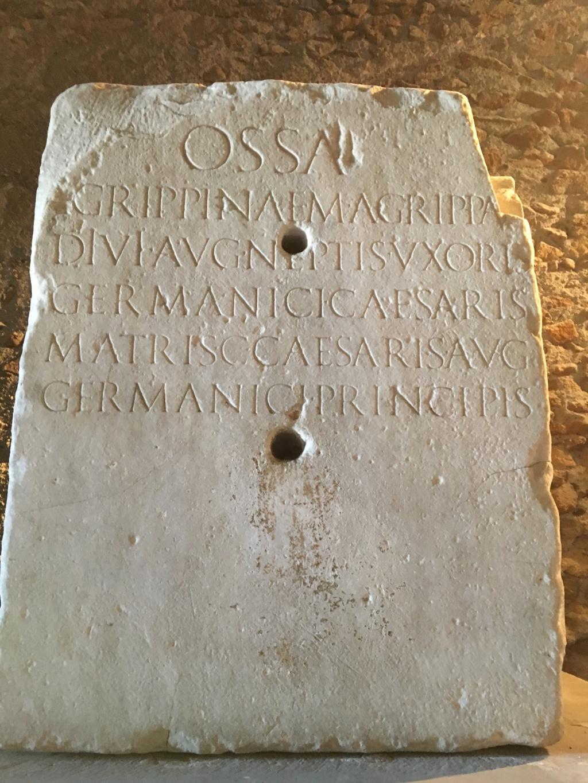 As de Calígula. VESTA - S C. Vesta sedente a izq. Roma. Agripp11