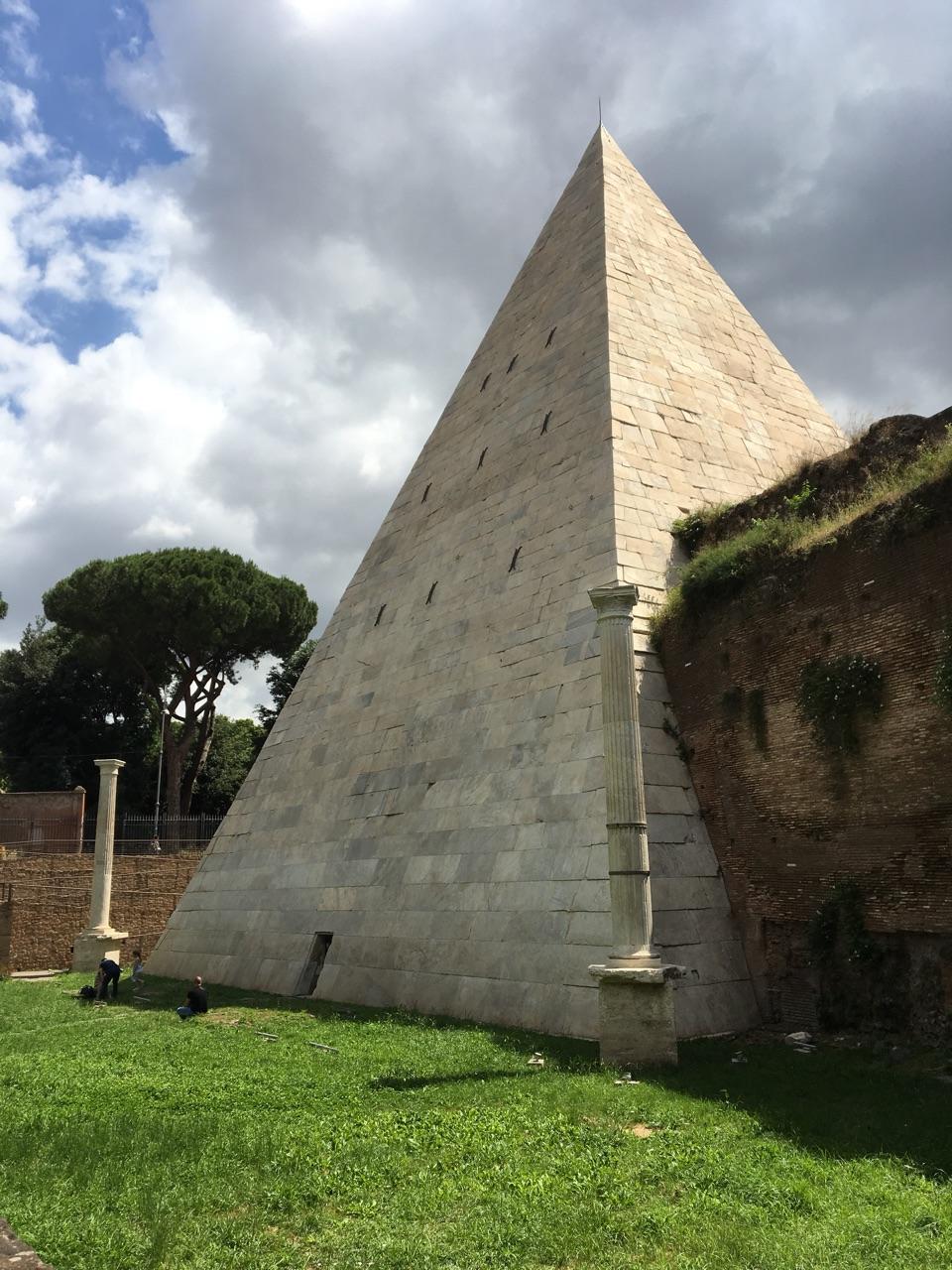 Dentro de la Pirámide Cestia, Roma B45fc211