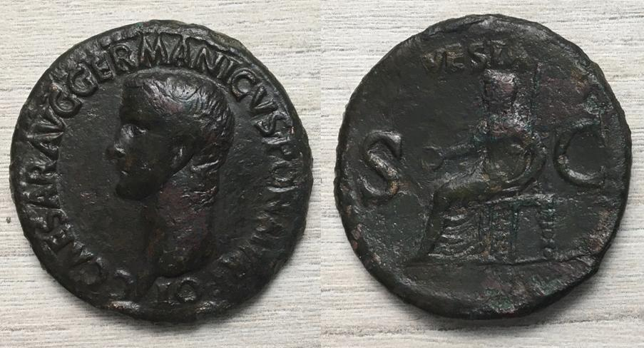 As de Calígula. VESTA - S C. Vesta sedente a izq. Roma. Vesta10