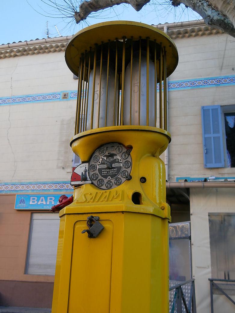Ancienne Pompe à essence du Village P1070517