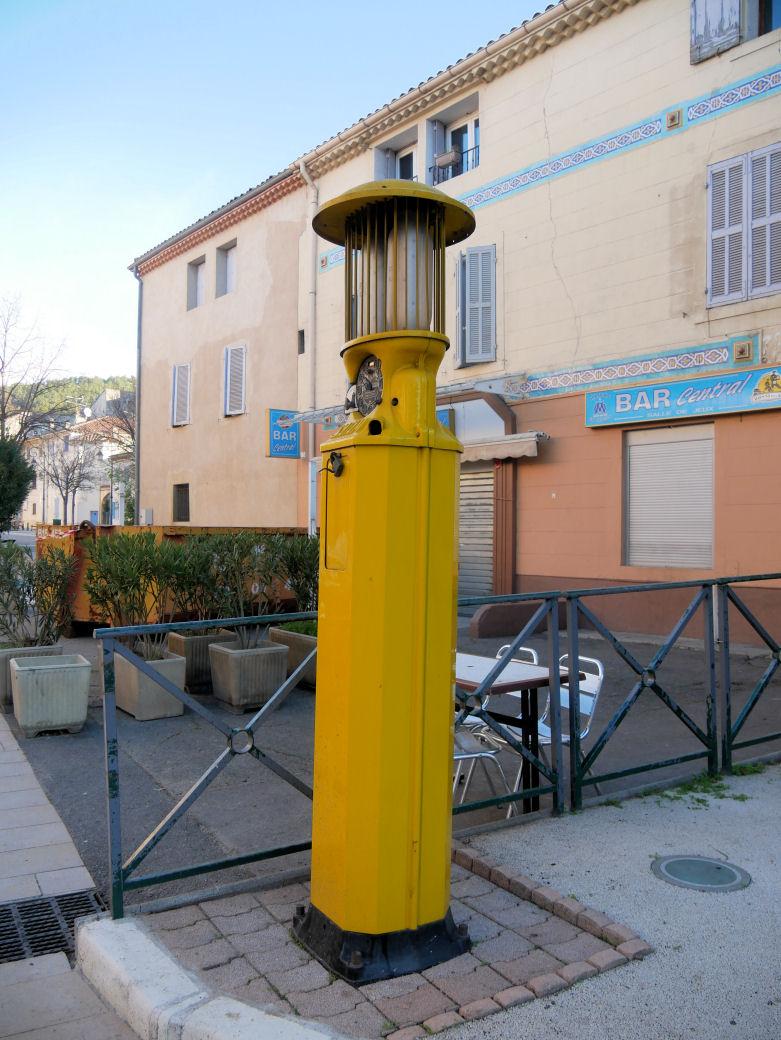 Ancienne Pompe à essence du Village P1070518
