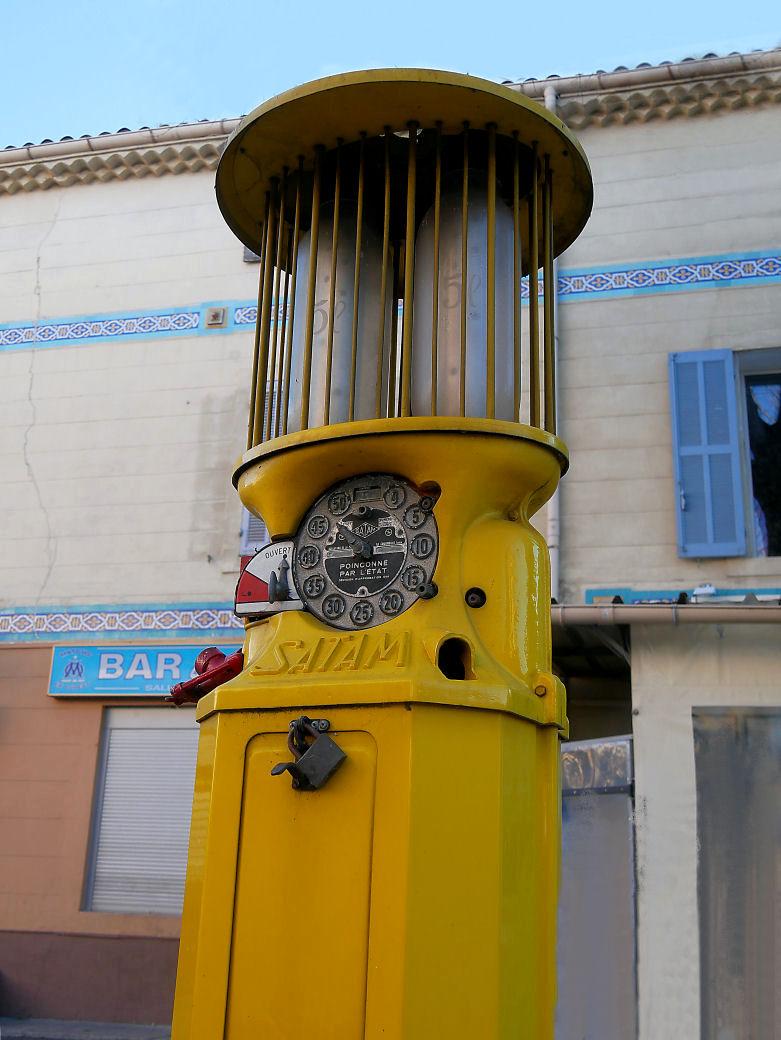 Ancienne Pompe à essence du Village P1070519