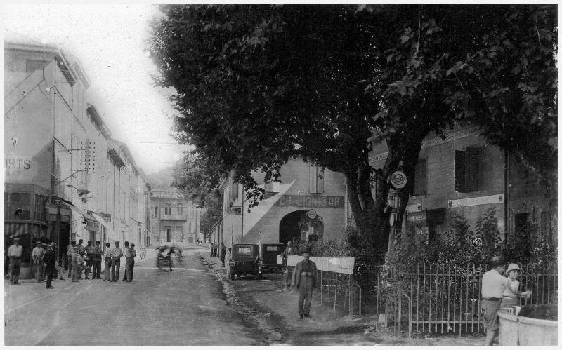 Ancienne Pompe à essence du Village Saint-10