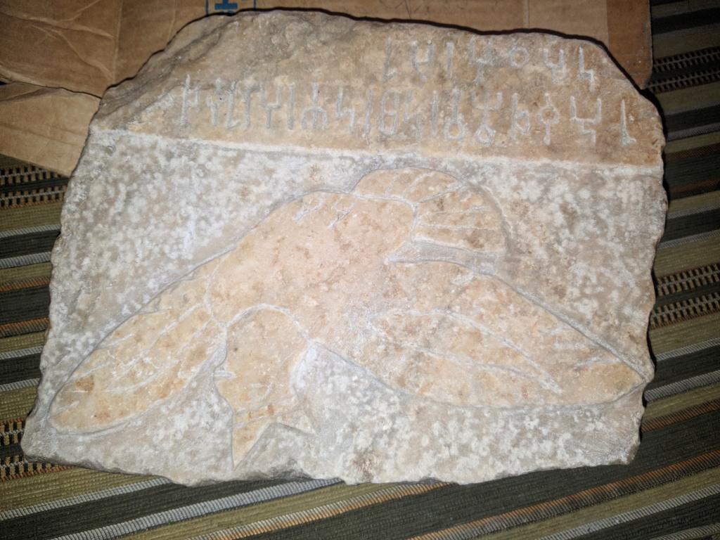 احجار وتماثيل منقوشه  Img_2016