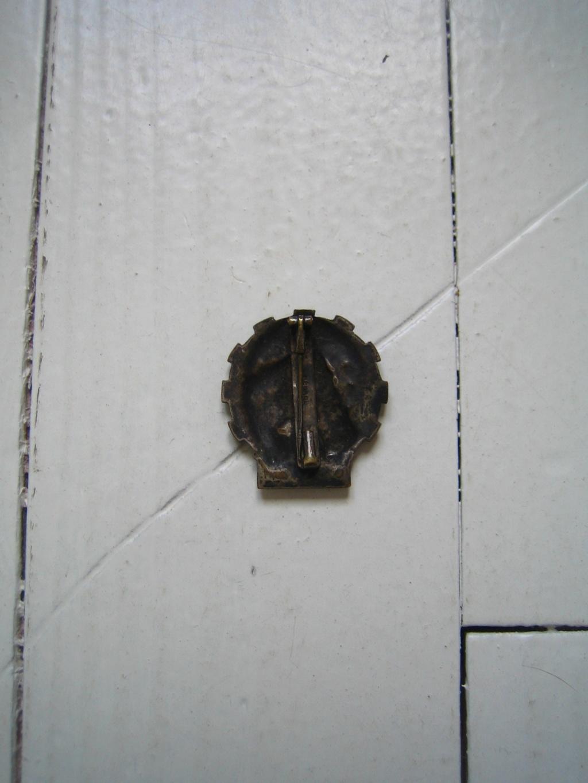 Une belle médaille, un insigne et une pochette à identifier Img_3539
