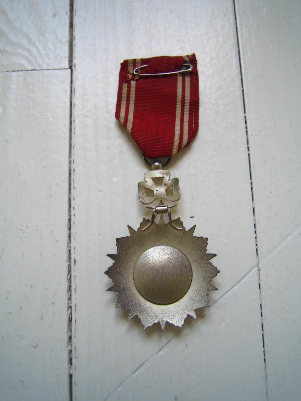 Une belle médaille, un insigne et une pochette à identifier Img_3544