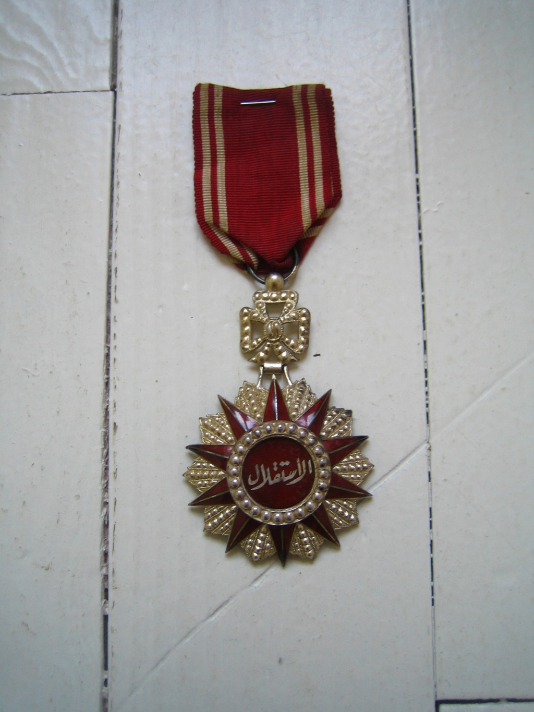 Une belle médaille, un insigne et une pochette à identifier Img_3545