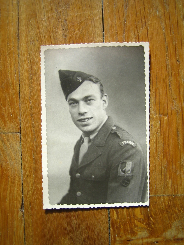 Une belle médaille, un insigne et une pochette à identifier Img_3552