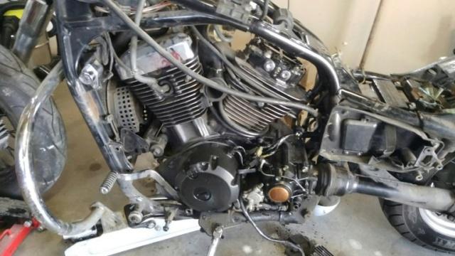1500 VN - Fuite joint de cache culbuteur arrière : resserrage sans dépose complète du moteur ? Vue_en10